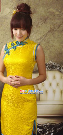 Traditional Chinese Sleeveless Silk Gold Qipao