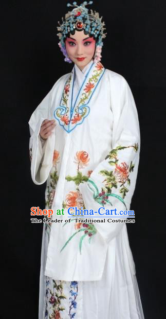 Traditional China Beijing Opera Young Lady Hua Tan Costume White Embroidered Cape, Ancient Chinese Peking Opera Female Diva Embroidery Chrysanthemum Dress Clothing